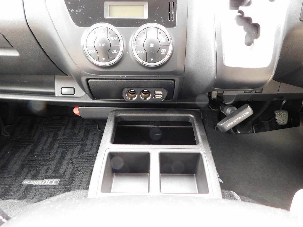 USB2口とソケット2口付き!スマホの充電には欠かせない装備ですねっ!!!