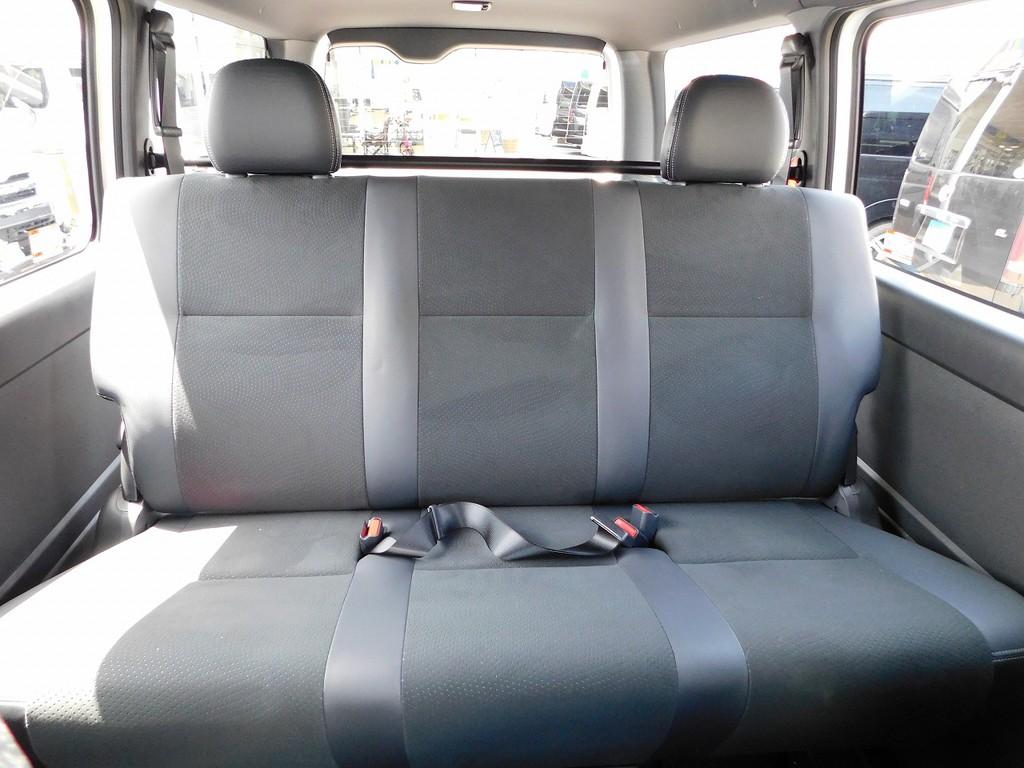 ゆったり座れるセカンドシート♪シートの厚みもしっかりあります!!!