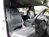 ハイエースカスタムには欠かせない黒革調シートカバーは全席に装着済み♪高級感が有りお手入れもしやすいですよっ♪