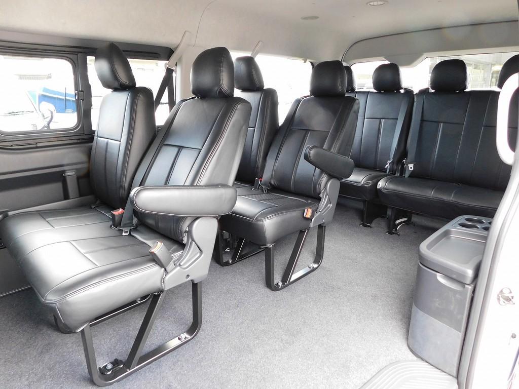 10人乗れるミニバンと言ったらハイエースですねっ!マイクロバスのようなシート配列もドライブを楽しくしてくれますよっ!!!