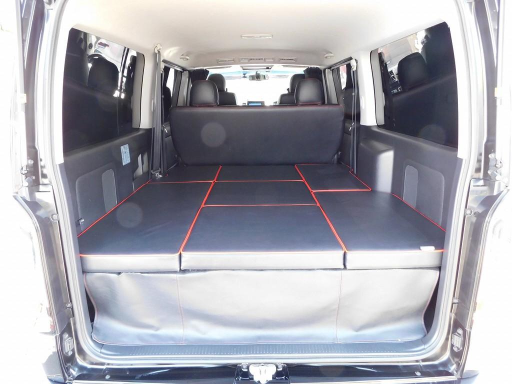 ラゲッジにはベッドキット♪車中泊も出来ます!さらにシートベルト完備で横乗り10人乗りに仕様にも出来ます♪