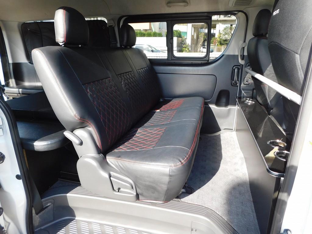 セカンドシートには黒革調シートカバーが装着されております!厚みもあって座り心地もグッドです♪
