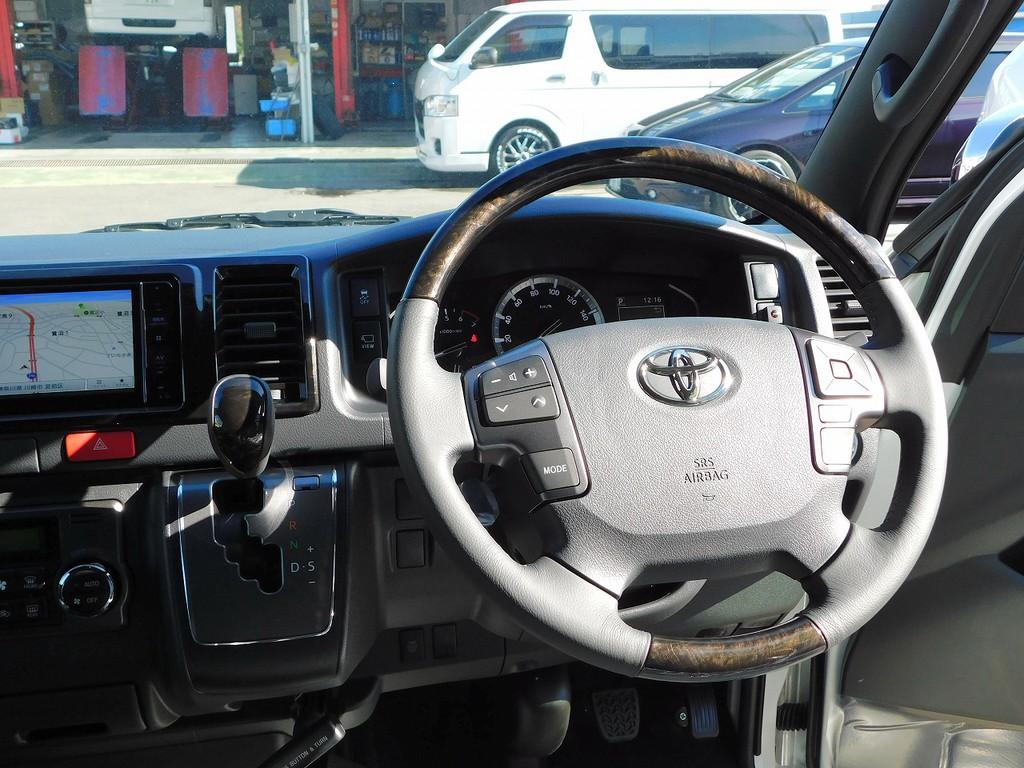 ステアリングとシフトノブは特別仕様車専用のマホガニー調ウッドコンビになっており大変高級感がありますよぉ♪