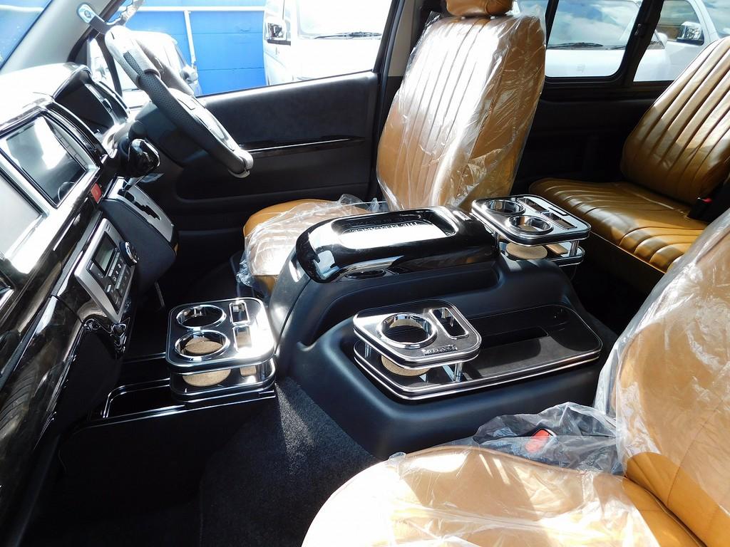 レガンス製で統一された高級感漂うドリンクホルダー達♪キャメルカラーのシートカバーとの相性もバッチリですねっ♪