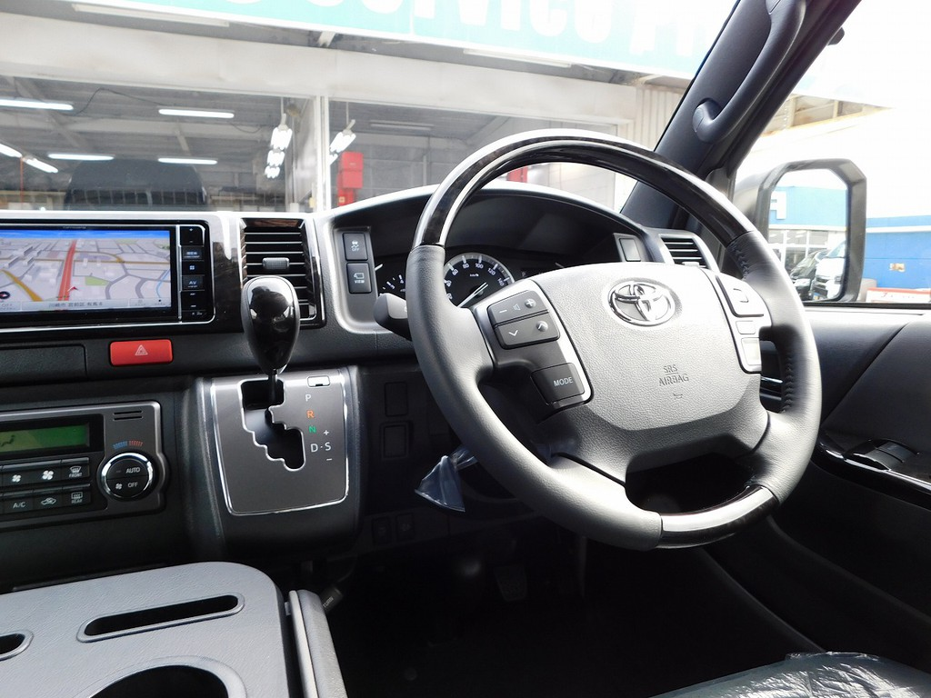 ステアリングとシフトノブは特別仕様車専用のマホガニー調ウッドコンビで高級感アップ♪