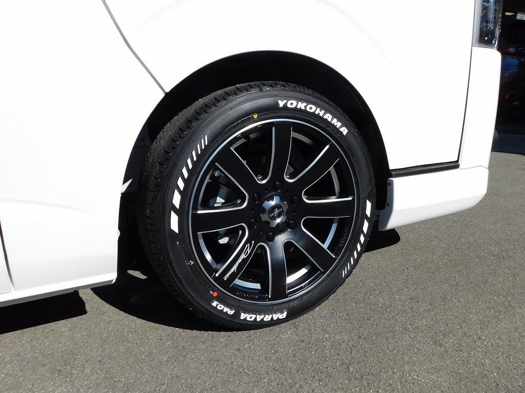 足元をキメるのはファブレスLW8・18インチアルミ!さらにタイヤはヨコハマパラダホワイトレタータイヤ♪LTタイヤですので車検もOKです!!!