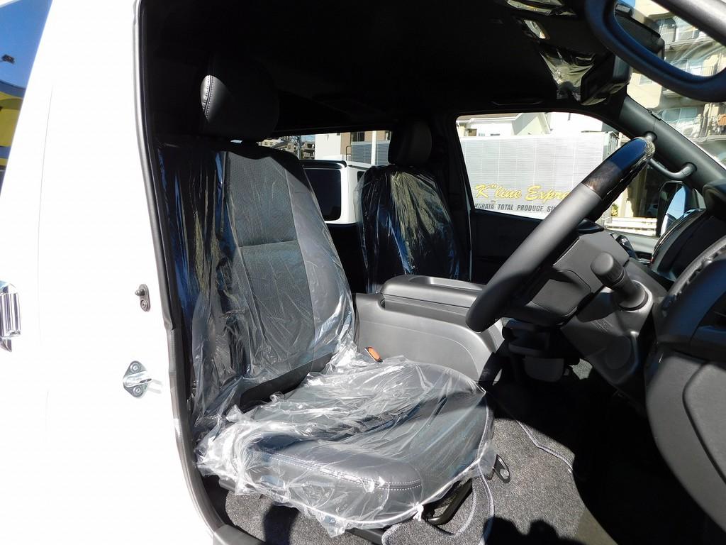 シートも専用のハーフレザーとなっており標準車とは違う高級感がありますねっ♪