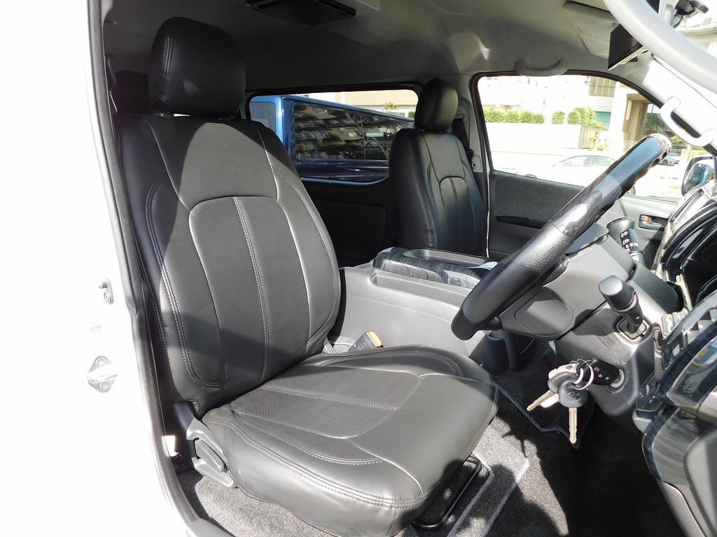 全席新品の黒革調シートカバーを装着済み♪シートカバーはハイエースカスタムの基本ですねっ♪