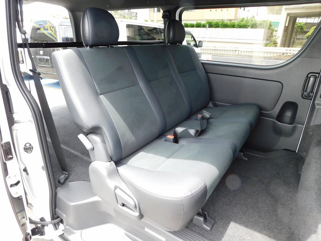 セカンドシートの厚みもたっぷりあり座り心地もグッドですよっ!!!