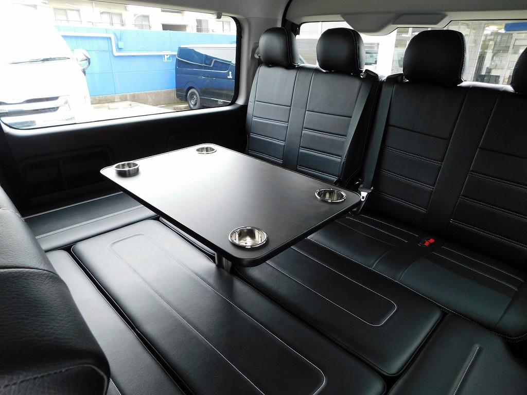 後席はテーブル付きでドライブが楽しくなってきますよっ♪