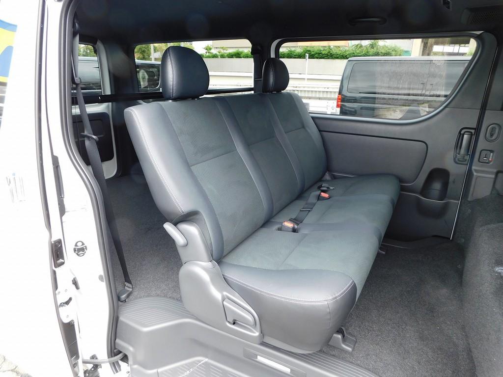 セカンドシートは厚みもたっぷりあり座り心地もグッドですよっ♪