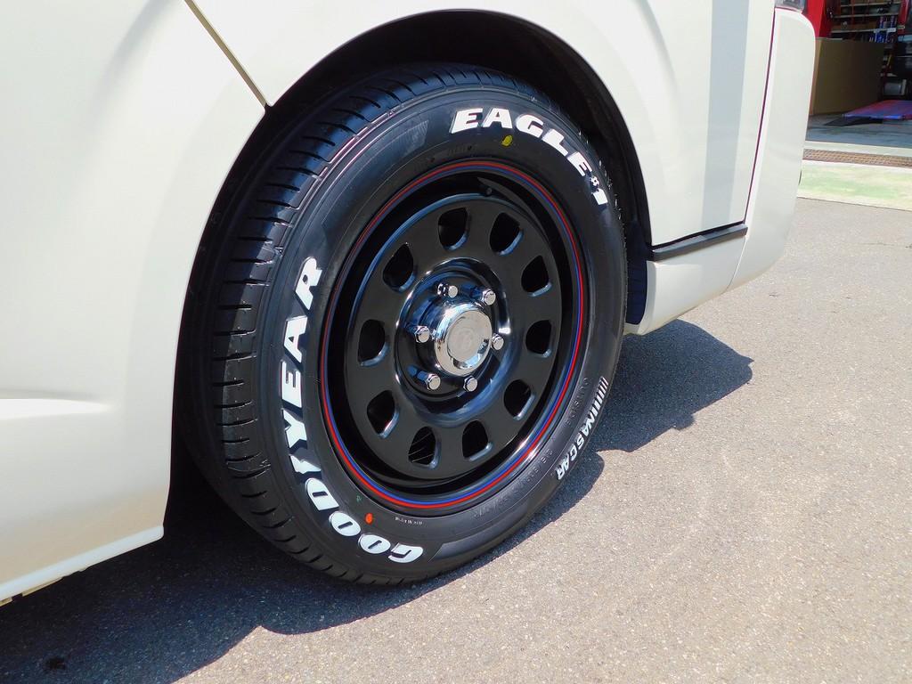 アメリカンスタイルが人気のデイトナ17インチとホワイトレタータイヤの組み合わせ♪新品装着ですのでタイヤの溝残量を気にする必要無しですよっ♪