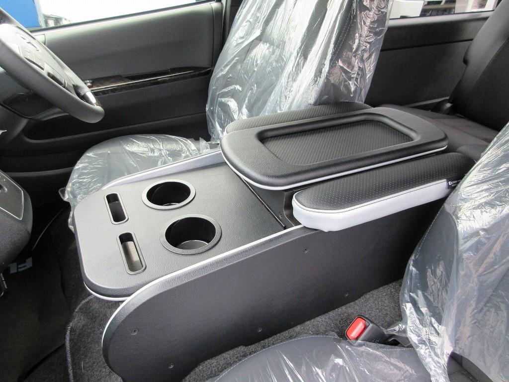 センターコンソールには人気のクラフトプラスを装着!!!肘置き付きでゆったりドライブ出来ますよっ♪