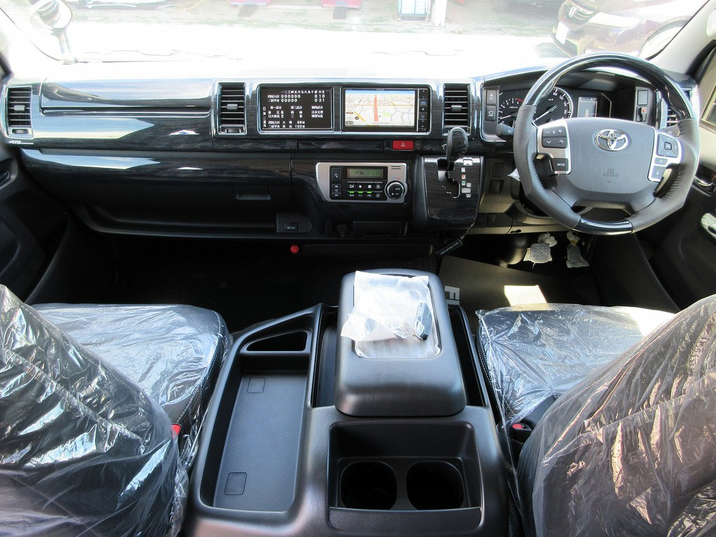 広々とした室内はロングドライブも快適です!黒木目調パネルキットで高級感もアップしております♪