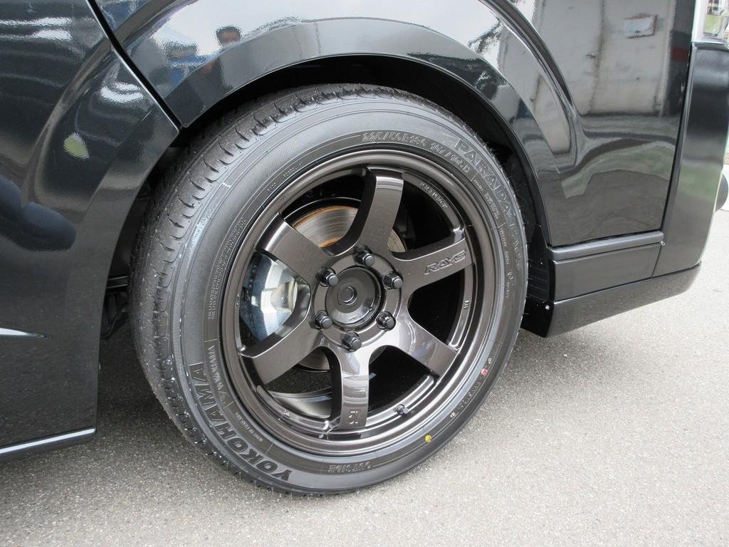 足元に装着されておりますのはRAYS製グラムライツ57DR-X18インチ♪レーシングスタイルをハイエースにも!!!タイヤもヨコハマのバン用タイヤですので車検もOKです!!!