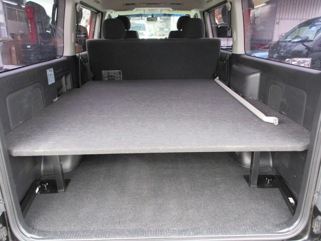 ラゲッジスペースが魅力のハイエース♪簡易ベッド付きで作業台としても使えますよっ♪