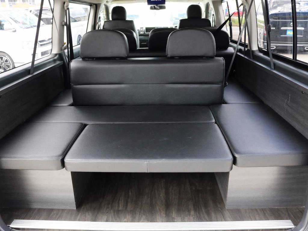 収納スペースも御座います。横向き座席!