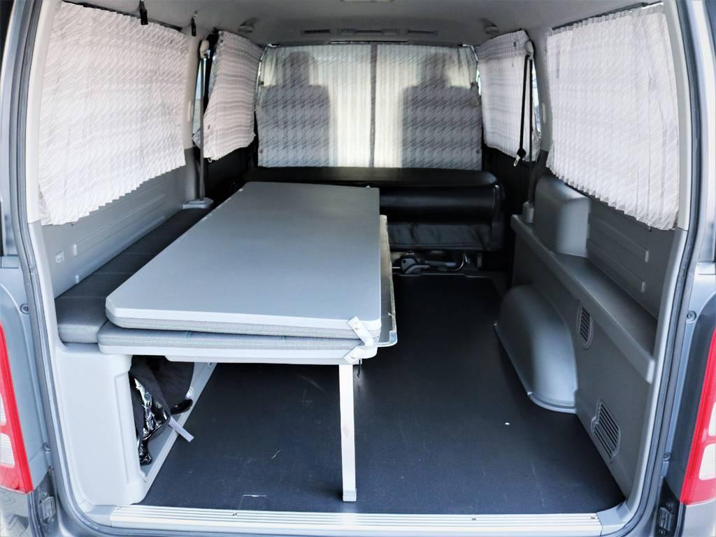 ベッドマットを折りたためば収納スペース広々御座います! | トヨタ ハイエースバン 3.0 マルチロールトランスポーター タイプⅡ ロング ディーゼルターボ ベッドキット 専用フロア
