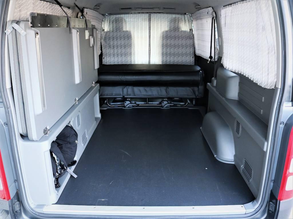ベッドマットは跳ね上げ可能です!何でも収納可能です。専用フロア完備! | トヨタ ハイエースバン 3.0 マルチロールトランスポーター タイプⅡ ロング ディーゼルターボ ベッドキット 専用フロア