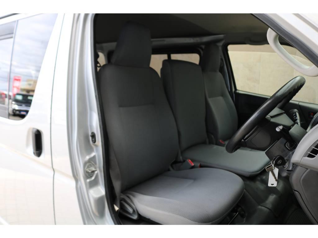 フロントシートは3人掛け可能のベンチシート♪ | トヨタ ハイエースバン 2.0 DX ロング