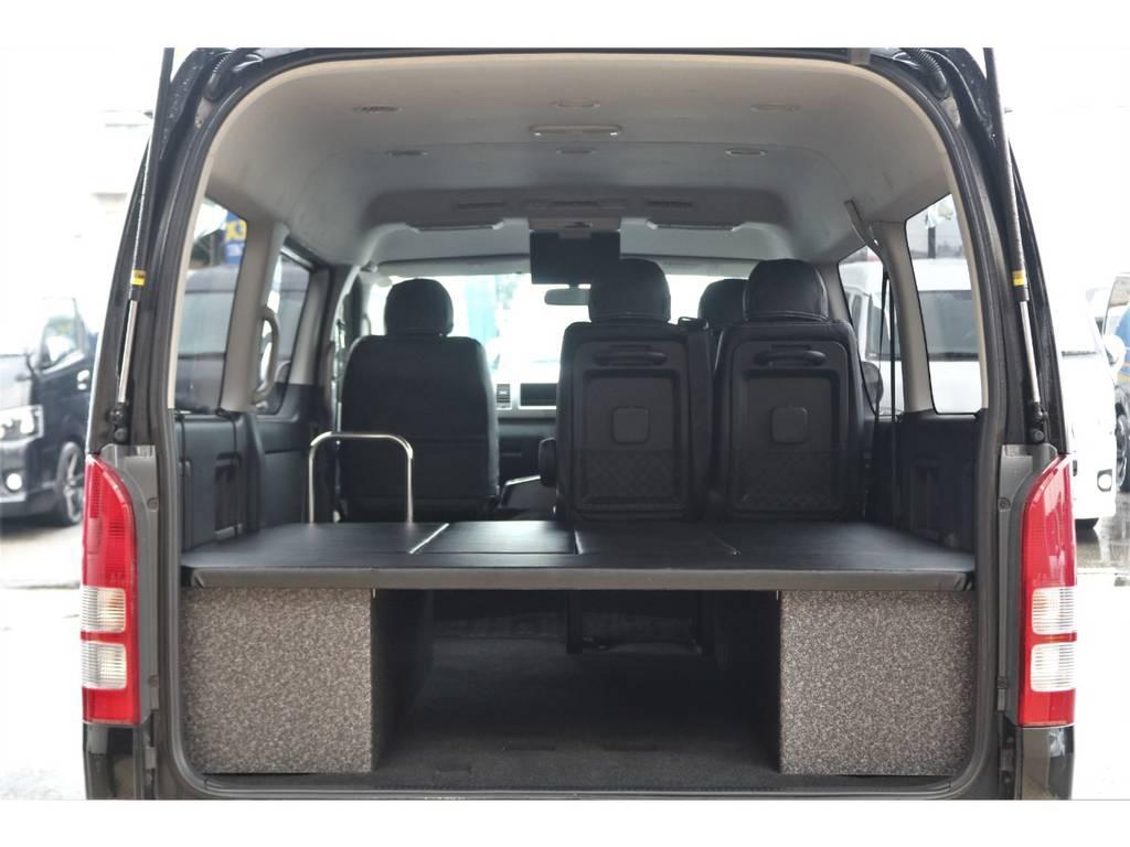 車中泊も可能なベッドキット装備
